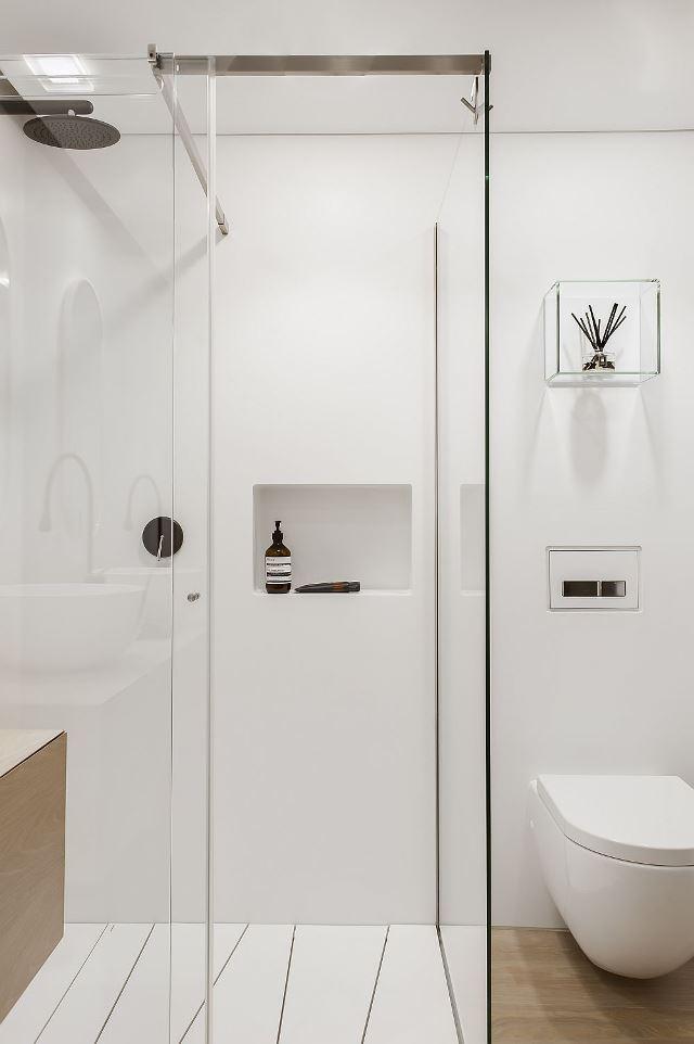 Стеклянная душевая кабина в ванной