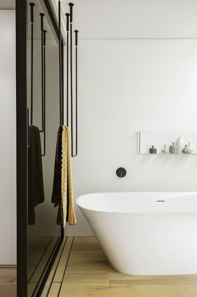 Контраст темных дверей и белых стен ванной
