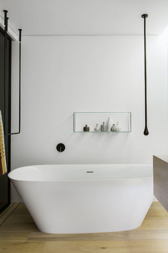 Стильная белая ванна