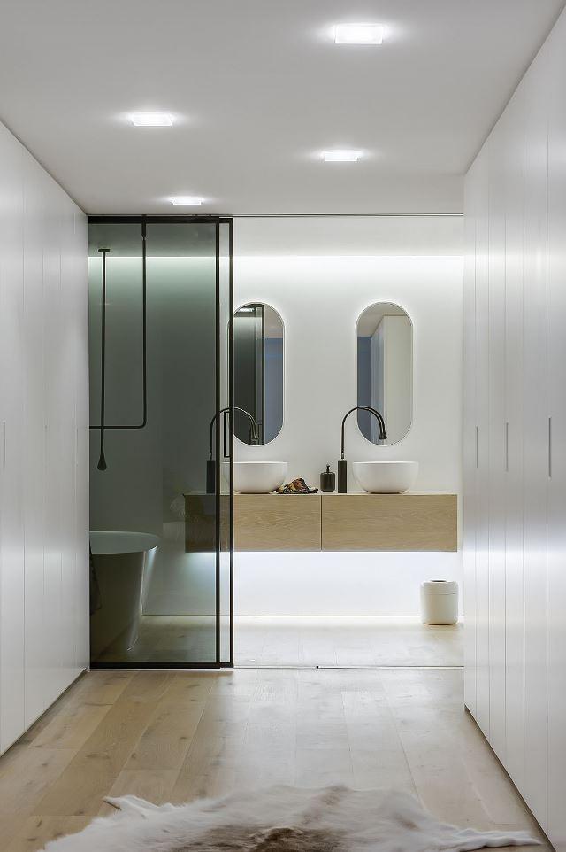 Белый интерьер ванной комнаты в современном стиле
