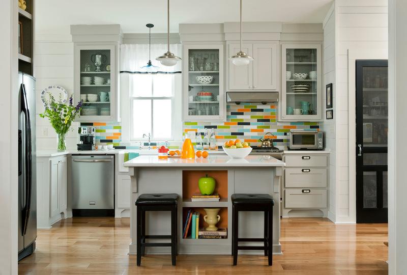Яркая кухня - все цвета радуги в небольшой комнате