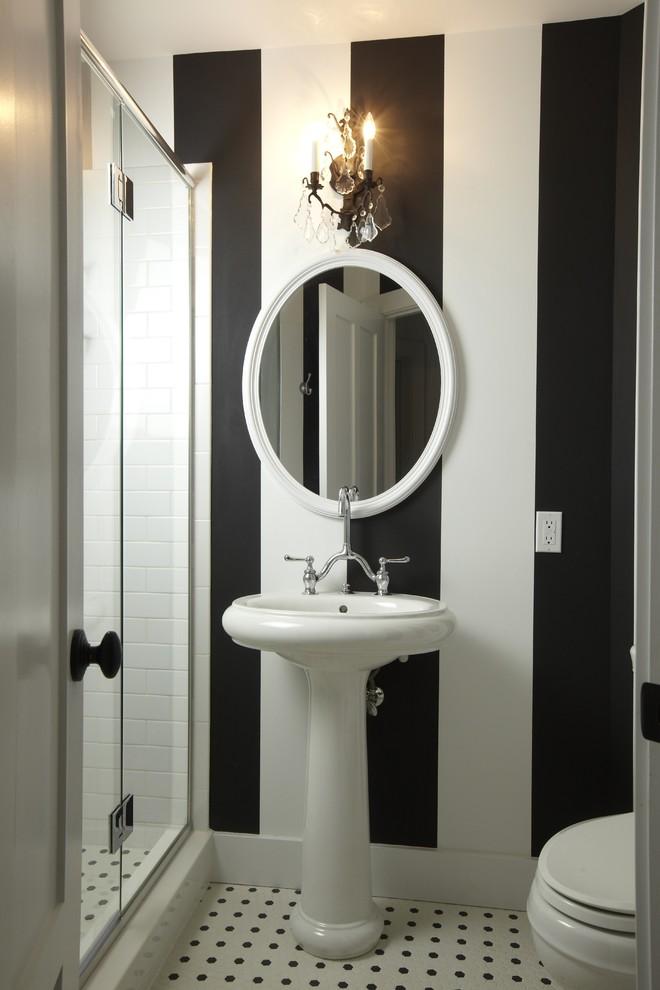 Полосатая черно-белая ванна
