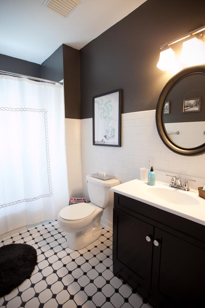 Пол черно-белой ванны