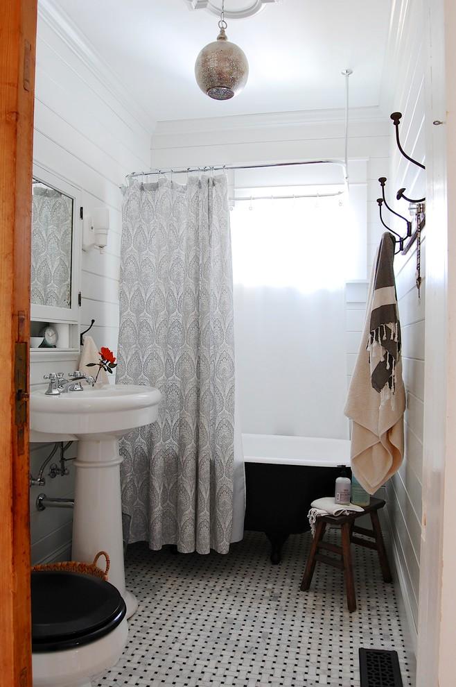 Полотенца в черно-белой ванной