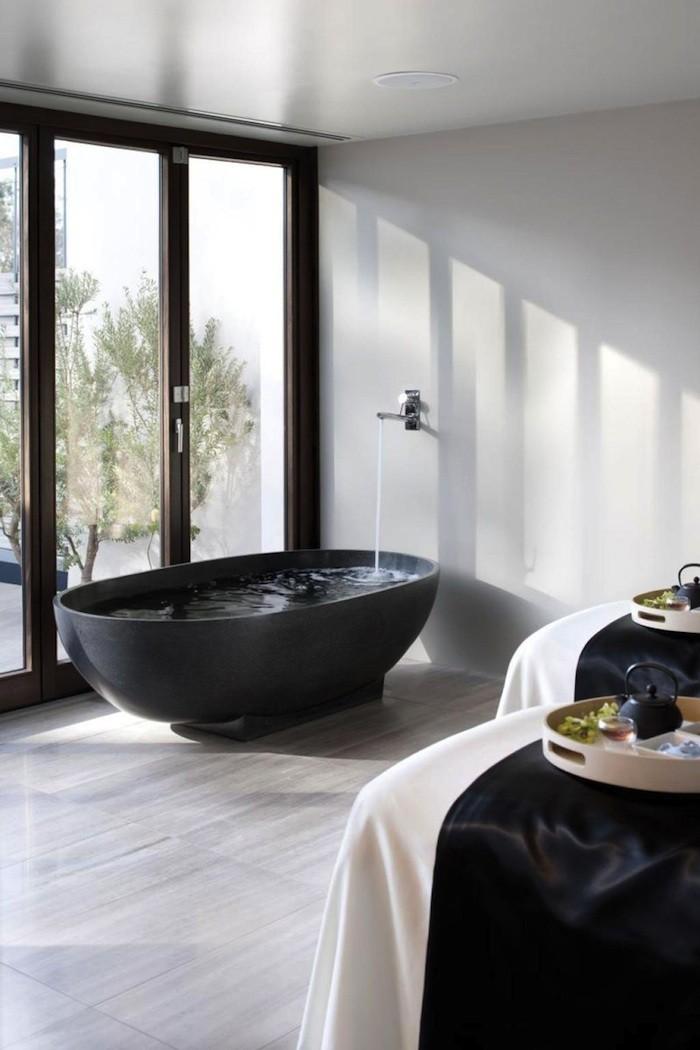 Современная черная ванна
