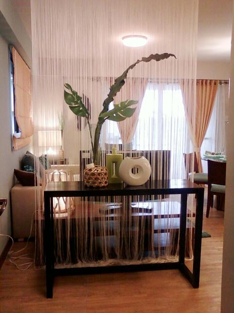 белые кисейные шторы в качестве разделителя комнаты