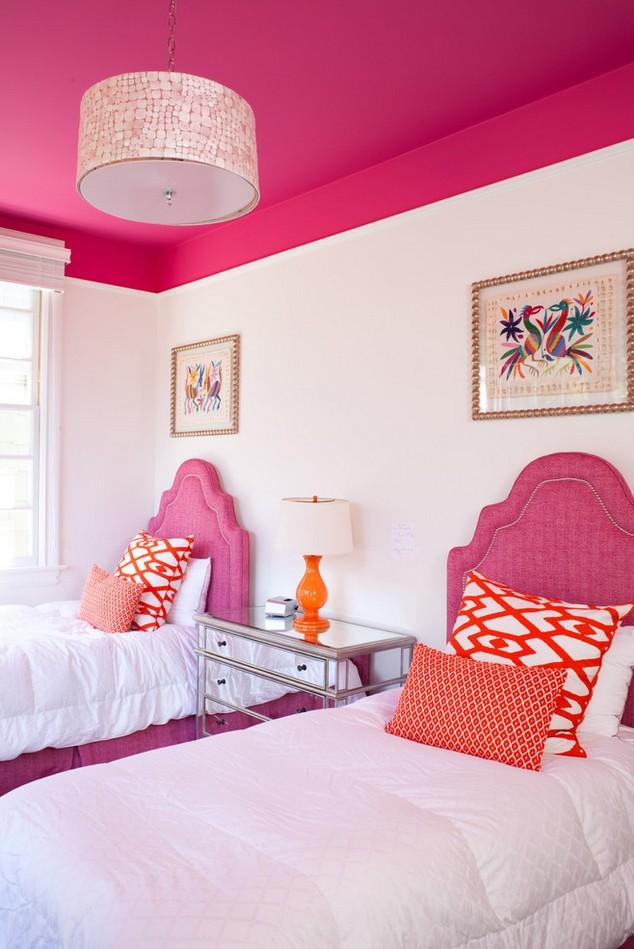 Ярко-розовый цвет потолка