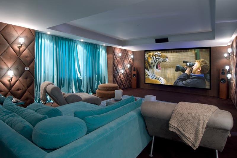 фото домашнего кинотеатра с бирюзовыми шторами