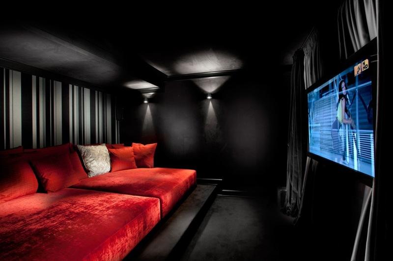Интерьер домашнего кинотеатра в стиле нуар