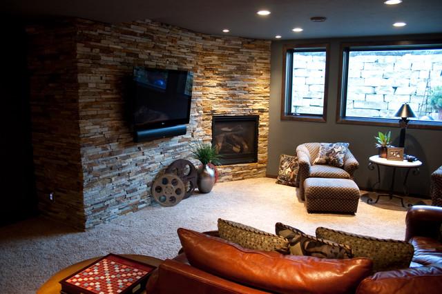 Дизайн интерьера гостиной со стеной из натурального облицовочного камня