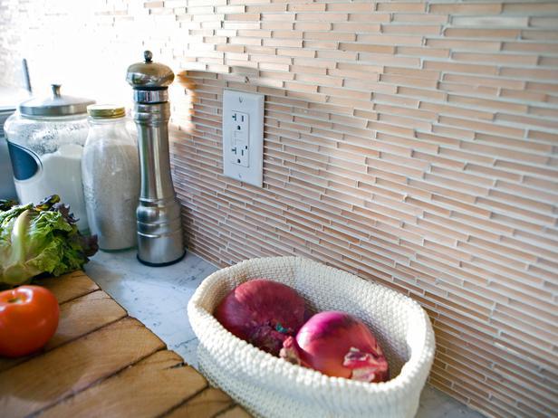 Кухонные фартуки из узкой стеклянной мозаики