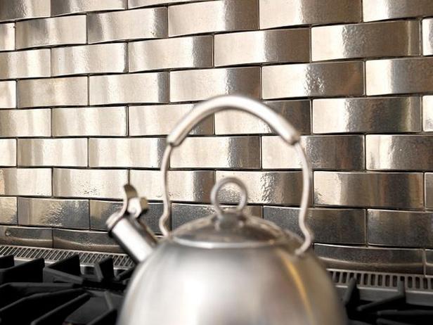 Кухонный фартук из металлической плитки