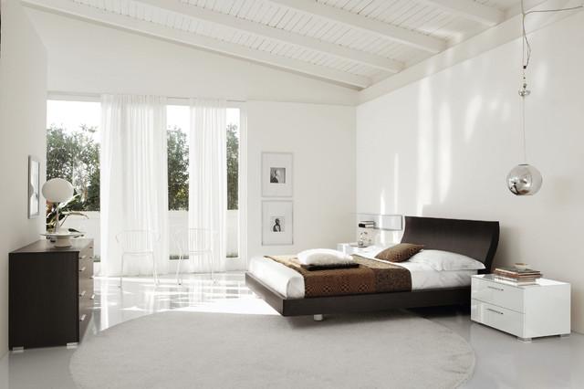 Белый потолок с балками