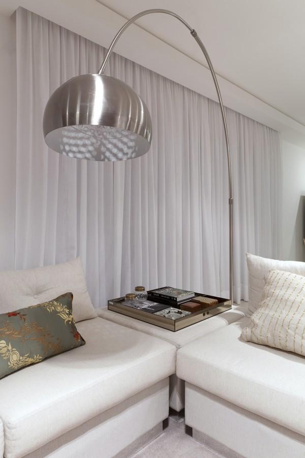 Стильная лампа в гостиной