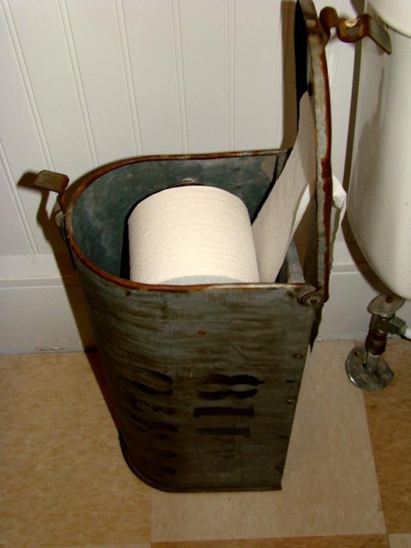 Держатель для туалетной бумаги из старого почтового ящика