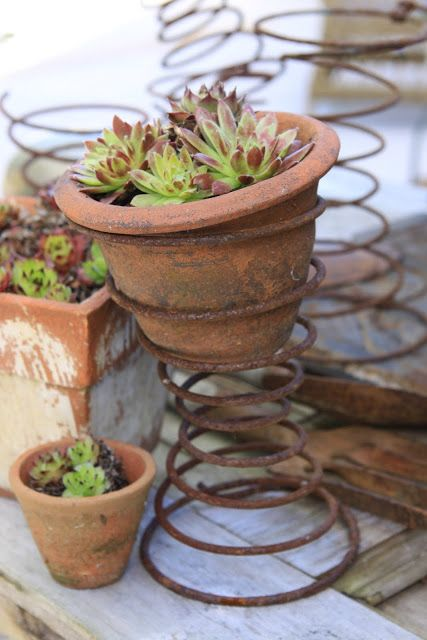Винтажный горшок для цветов с подставкой из пружины