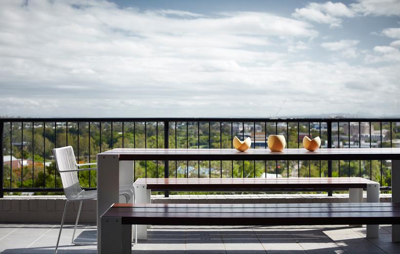 Яркий дизайн двухкомнатной квартиры - балкон