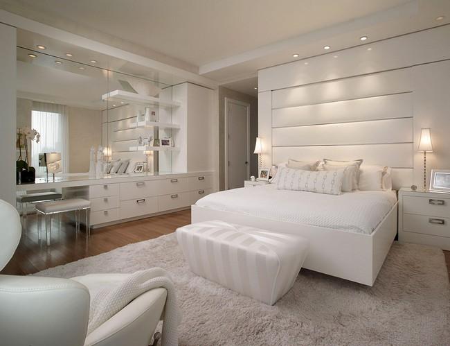 Белая спальня в красивой квартире