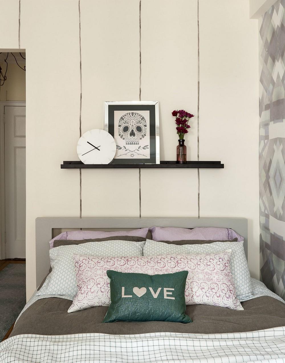 Интерьер квартиры-студии - полка над кроватью