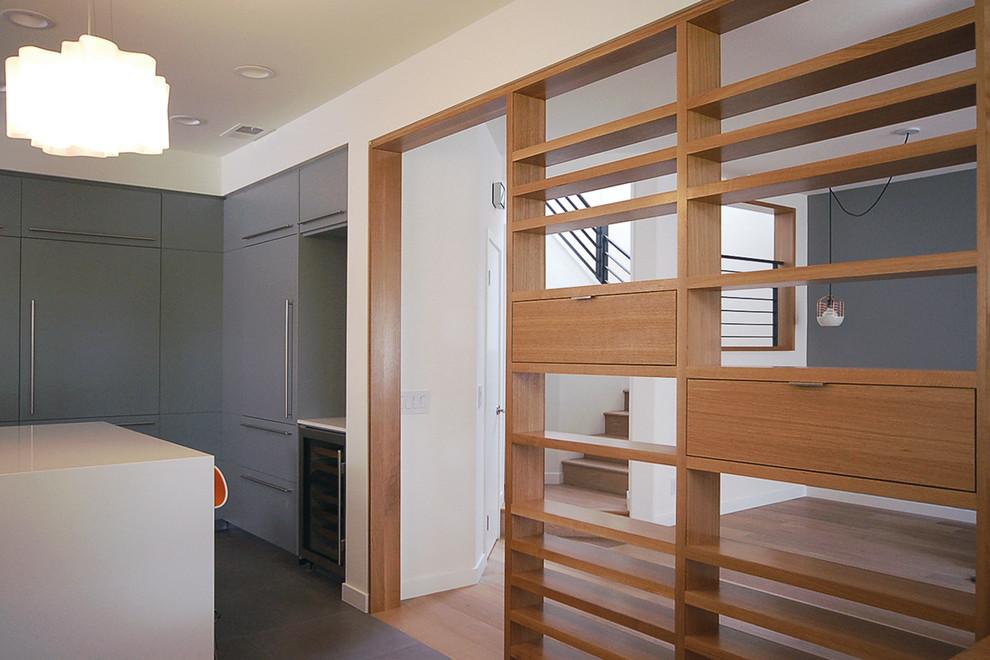 Деревянная перегородка в комнате