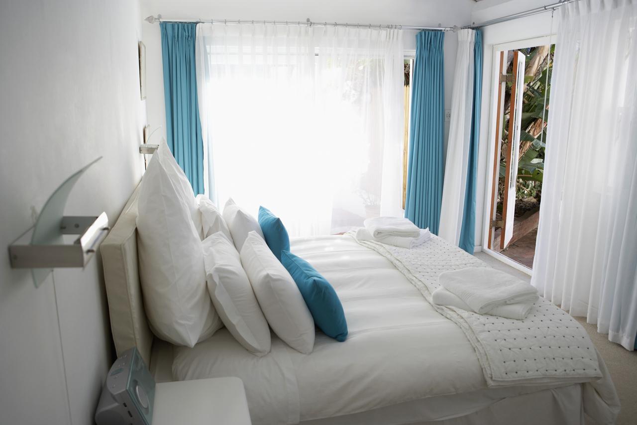 Шторы и тюль в спальне с балконом - фото