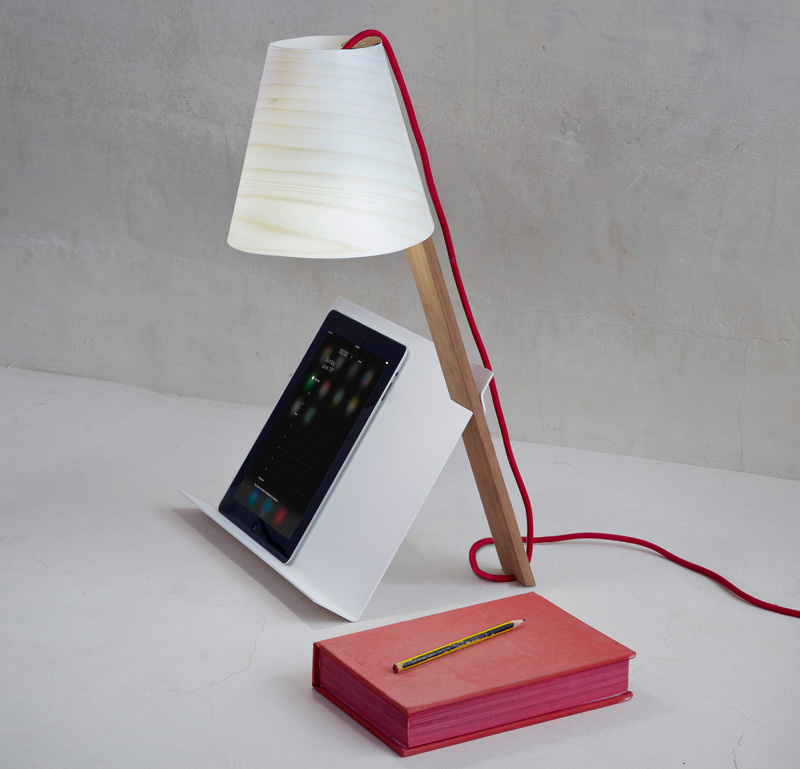 Комбинированная лампа-подставка для книг от испанской студии дизайна Cuatro Cuatros